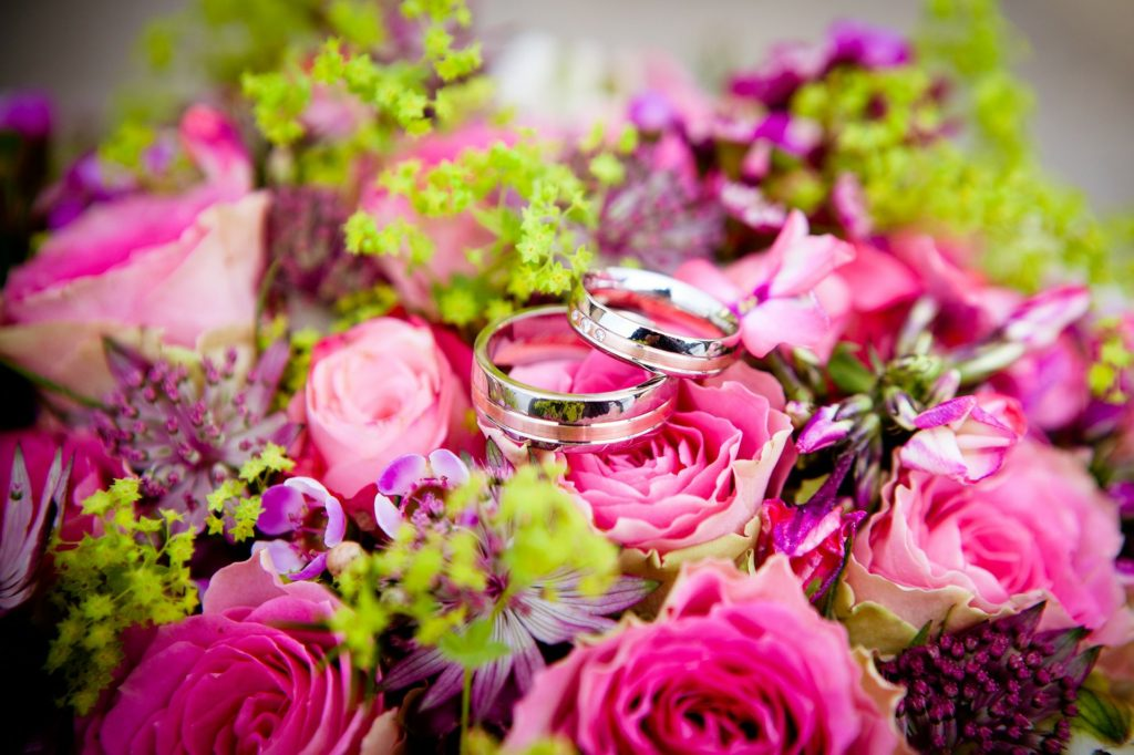花の中にある結婚指輪