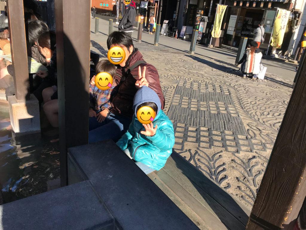 草津温泉足湯に入る家族