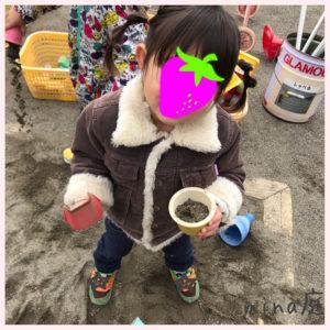 砂場で遊ぶ我が子